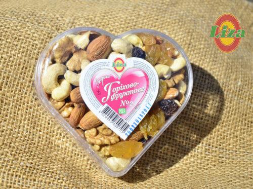 Набор орехи и изюм в сердце