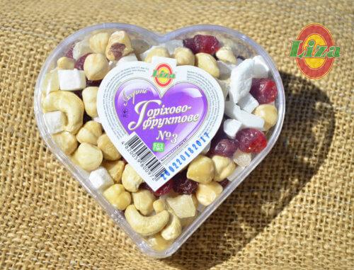 Набор орехи и сухофрукты в сердце